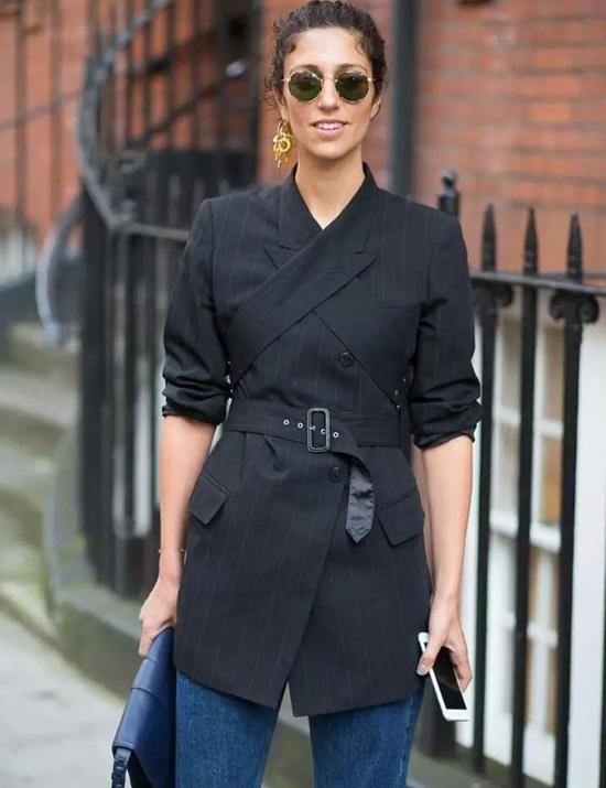 Ngoài các kiểu áo free size, oversize, áo vest dây đan hay áo trang trí đai lưng vải cũng là trang phục được phái đẹp 'săn lùng'.