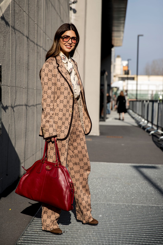 Song song với các kiểu suit cắt may trên vải in họa tiết ca rô là trang phục in logo của các thương hiệu nổi tiếng.
