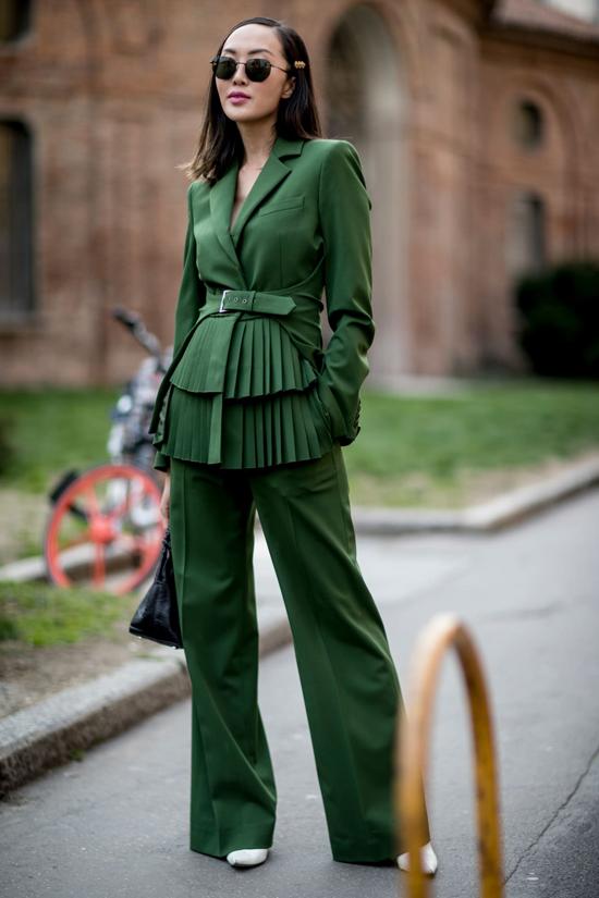 Suit ở mùa mốt mới không chỉ bó hẹp trong các kiểu đơn giản, áo vest được thêm nhiểu điểm nhấn để tạo cảm giác khác lạ về phom dáng.