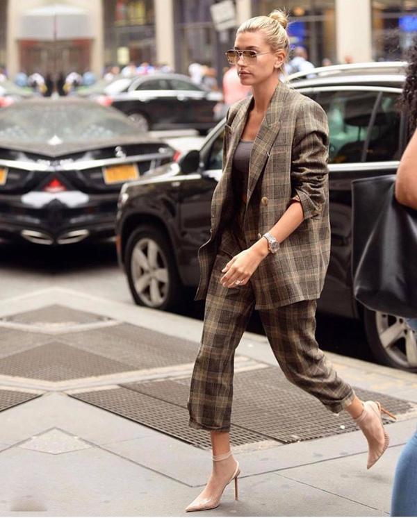 Diện áo blazer dáng rộng cùng các kiểu quần lửng, quần ống côn hứa hẹn sẽ tạo nên 'cơn sốt' ở mùa thu đông năm nay. Cách mix đồ này mang tới nét cá tính và khác lạ so với hình ảnh bạn gái trong các bộ suit ôm body.