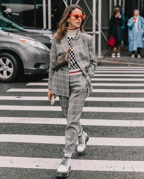 Thoát khỏi hình ảnh quá mực thước khi diện vest cùng giầy da cao gót, các tín đồ thời trang thường sử dụng giầy thể thao, giầy đế thô để mang lại sử năng động cho phong cách street style.