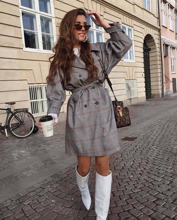 Khi không khí bắt đầu chuyển mùa, các kiểu măng tô, váy măng tô biến thể cũng được phái đẹp bắt đầu chọn lựa để phối đồ dạo phố.