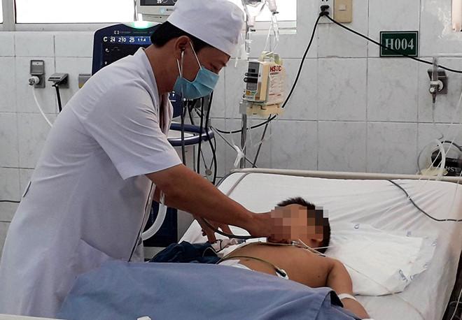 Bé 6 tuổi suýt mất mạng vì hóc thịt viên khi ăn bún - Ảnh 1