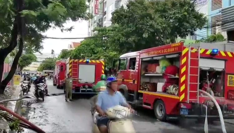 Hỏa hoạn thiêu rụi 3 ô tô cùng nhiều tài sản tại quận Tân Bình - Ảnh 2