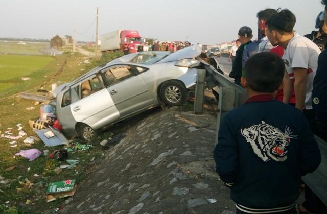 Quảng Bình: Thuê xe về quê dịp Tết, xế hộp nát bét 2 người chết - Ảnh 1