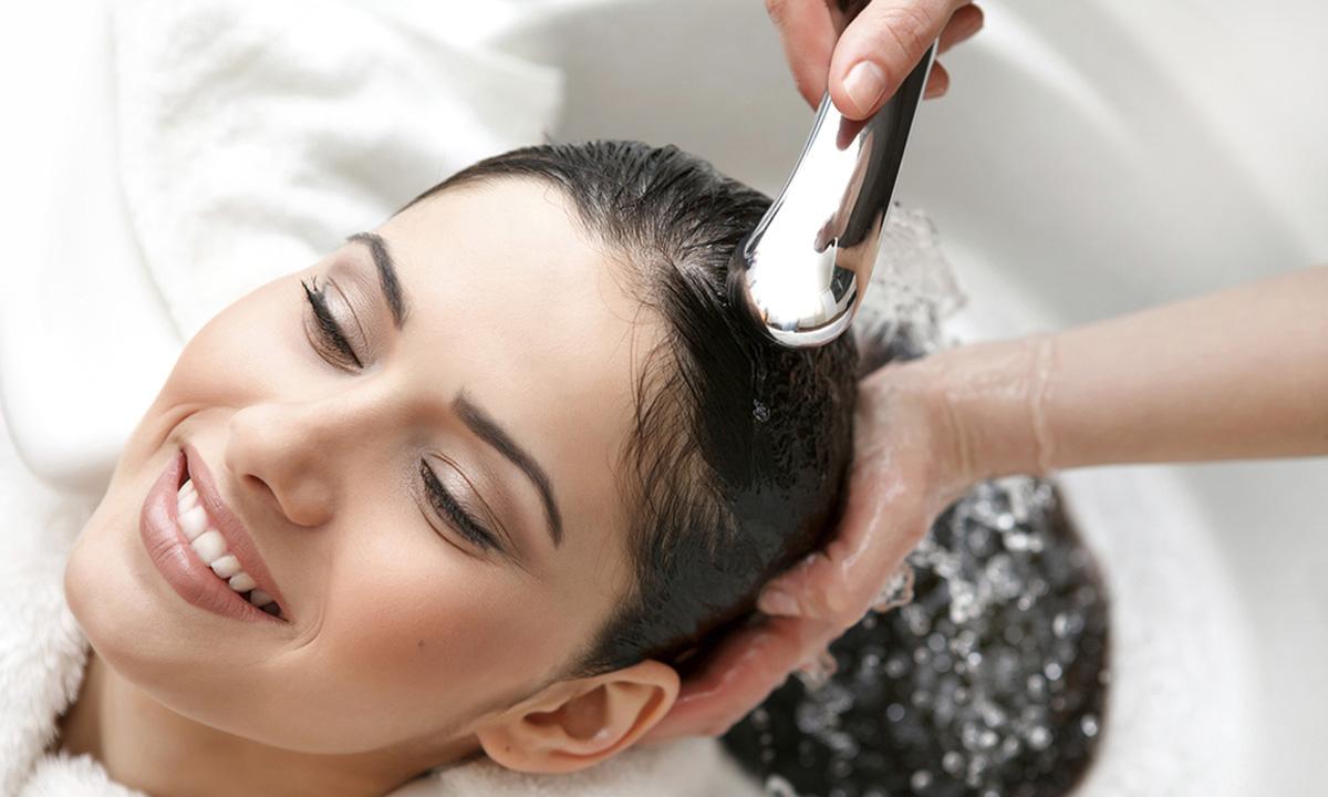 Nhớ mẹo này bạn sẽ không phải lo tình trạng tóc khô, gãy rụng - Ảnh 1