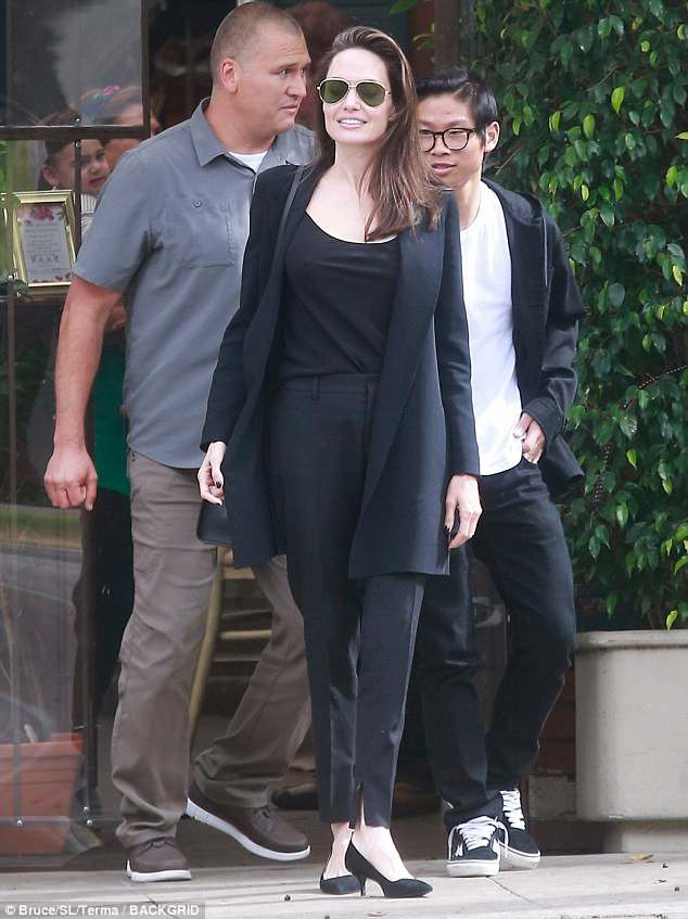Angelina Jolie vui vẻ đi ăn trưa cùng Pax Thiên - Ảnh 1
