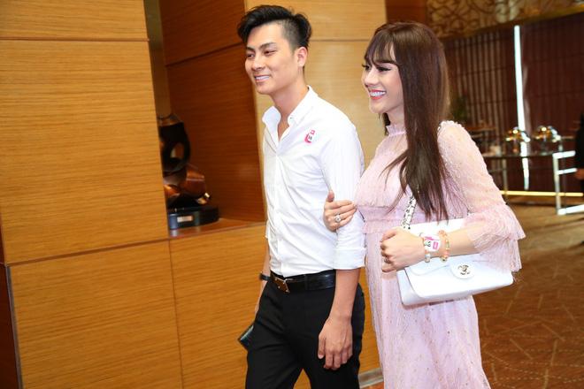 Diện váy hồng nữ tính, Lâm Khánh Chi tình tứ đi sự kiện cùng chồng trẻ kém 8 tuổi - Ảnh 2