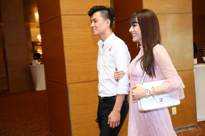 Diện váy hồng nữ tính, Lâm Khánh Chi tình tứ đi sự kiện cùng chồng trẻ kém 8 tuổi - Ảnh 3