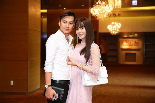 Diện váy hồng nữ tính, Lâm Khánh Chi tình tứ đi sự kiện cùng chồng trẻ kém 8 tuổi - Ảnh 1