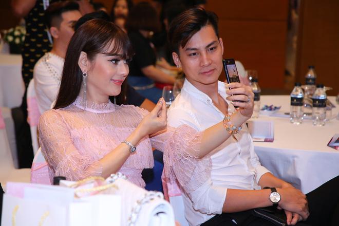 Diện váy hồng nữ tính, Lâm Khánh Chi tình tứ đi sự kiện cùng chồng trẻ kém 8 tuổi - Ảnh 4