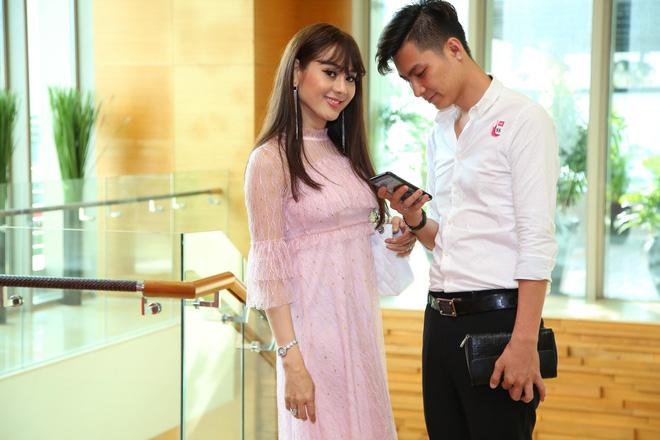 Diện váy hồng nữ tính, Lâm Khánh Chi tình tứ đi sự kiện cùng chồng trẻ kém 8 tuổi - Ảnh 6
