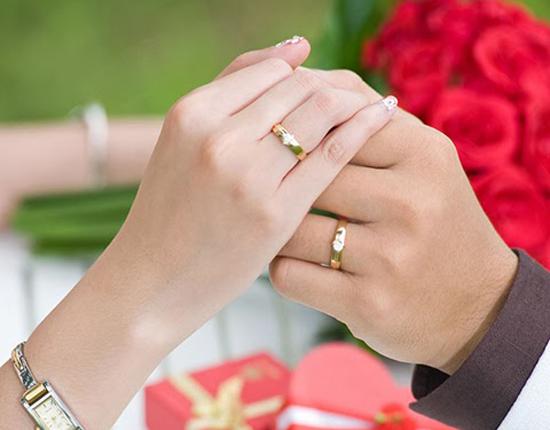 Nhân viên buông lời mỉa mai vì mua nhẫn cưới rẻ tiền, cô gái đáp trả một câu khiến nhân viên cúi đầu xin lỗi - Ảnh 1