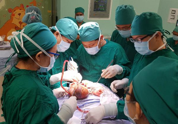 Bé gái chào đời với khối u ở mông chứa đầy tóc - Ảnh 1