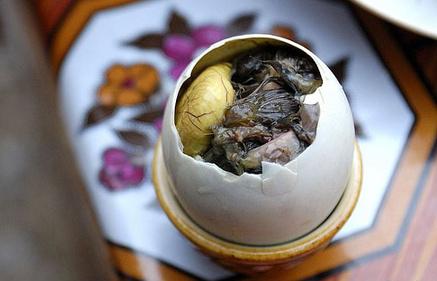 Thực hư việc mẹ bầu ăn nhiều trứng vịt lộn sẽ sinh con ra chân dài da trắng - Ảnh 1