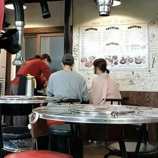 Hình ảnh vợ chồng Song Joong Ki - Song Hye Kyo cùng nhau đi ăn tối vô cùng ngọt ngào - Ảnh 2