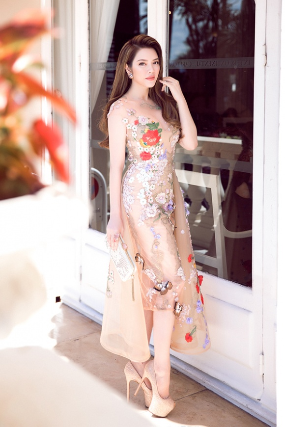 Lý Nhã Kỳ xứng đáng là 'nữ hoàng thời trang' với đầm xuyên thấu mong manh nhưng không dung tục - Ảnh 1