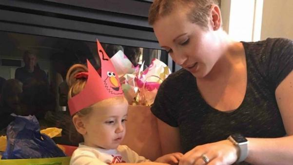 Người mẹ từ chối xạ trị ung thư để cứu song thai - Ảnh 1
