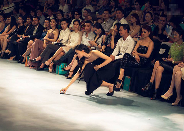 Khoảnh khắc đẹp: Hoa hậu Hương Giang rời ghế khách mời, cúi nhặt giày giúp người mẫu Minh Tú - Ảnh 3
