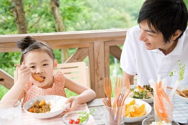 Những lầm tưởng của bố mẹ làm ảnh hưởng đến sức khỏe, sự phát triển của con - Ảnh 2