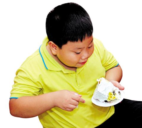 Bé ăn nhiều, thích ăn ngọt là dấu hiệu cho thấy bé có nguy cơ mắc bệnh béo phì