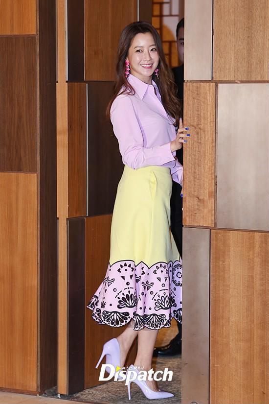 Diện cả cây màu sến còn móng tay thì xanh lè, Kim Hee Sun may vẫn được châm chước nhờ nhan sắc không tuổi - Ảnh 2