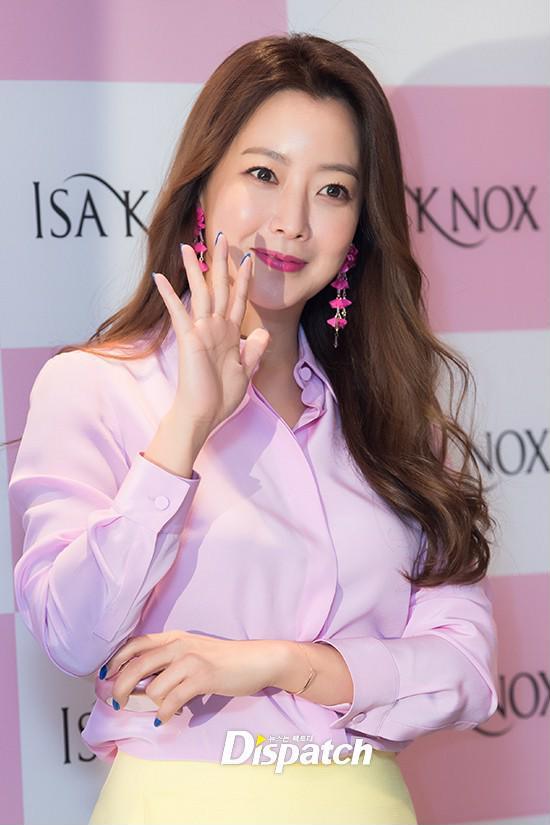 Diện cả cây màu sến còn móng tay thì xanh lè, Kim Hee Sun may vẫn được châm chước nhờ nhan sắc không tuổi - Ảnh 3
