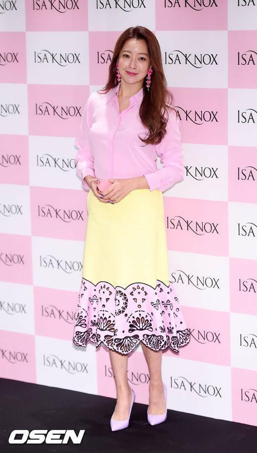 Diện cả cây màu sến còn móng tay thì xanh lè, Kim Hee Sun may vẫn được châm chước nhờ nhan sắc không tuổi - Ảnh 1