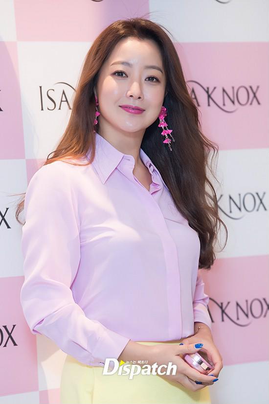 Diện cả cây màu sến còn móng tay thì xanh lè, Kim Hee Sun may vẫn được châm chước nhờ nhan sắc không tuổi - Ảnh 4