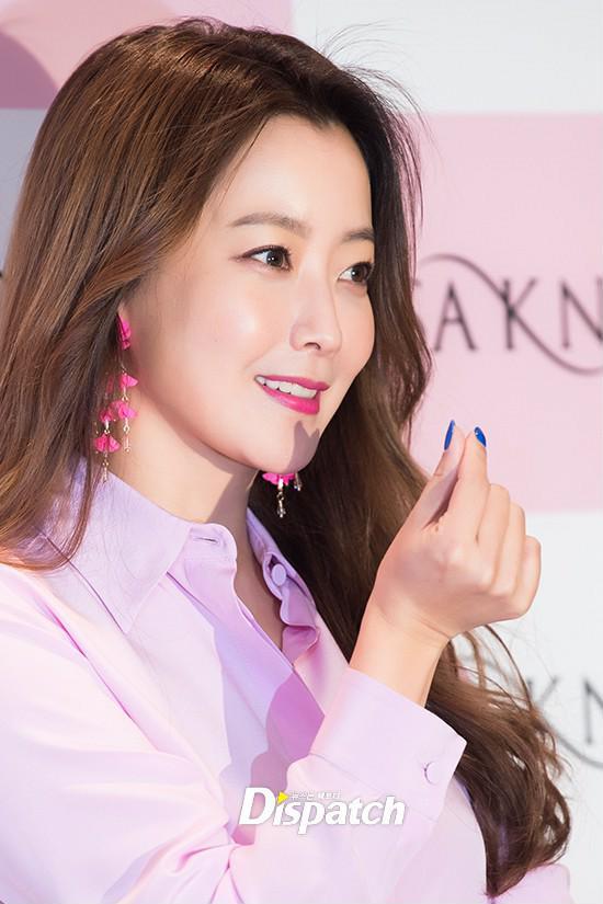 Diện cả cây màu sến còn móng tay thì xanh lè, Kim Hee Sun may vẫn được châm chước nhờ nhan sắc không tuổi - Ảnh 5