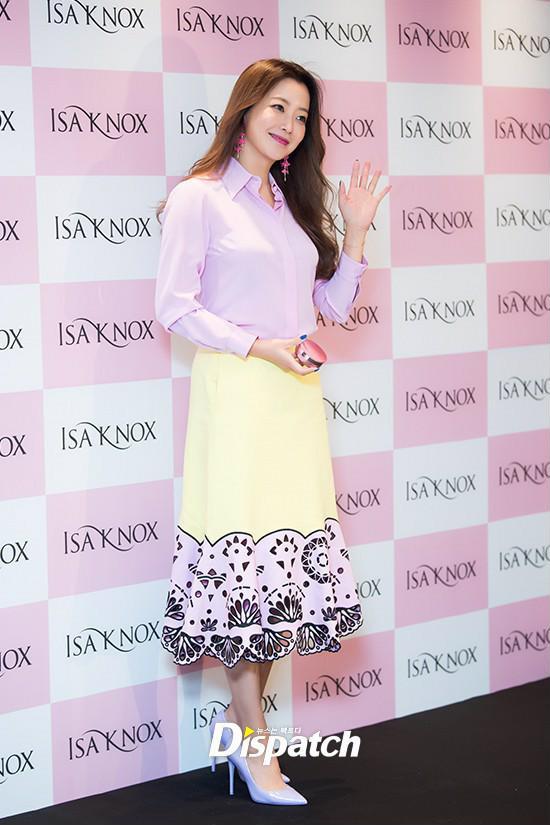 Diện cả cây màu sến còn móng tay thì xanh lè, Kim Hee Sun may vẫn được châm chước nhờ nhan sắc không tuổi - Ảnh 6