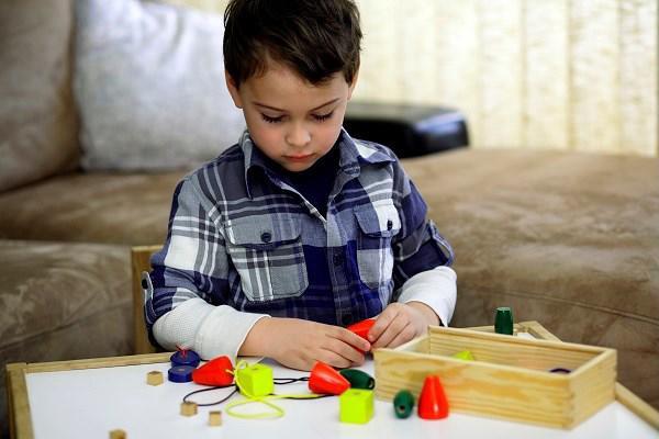 Những dấu hiệu sớm phát hiện trẻ tự kỷ bố mẹ cần biết - Ảnh 1