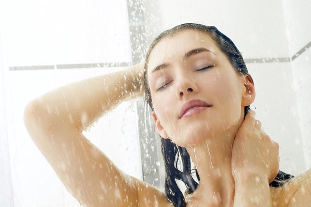 Lợi ích tuyệt vời của việc tắm nước lạnh bạn phải biết - Ảnh 1