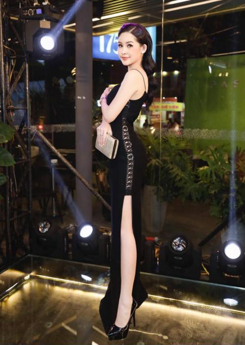 Hoa hậu Ngân Anh khoe sắc 'nóng bỏng' với váy áo xẻ lườn trở thành tâm điểm sự kiện - Ảnh 1