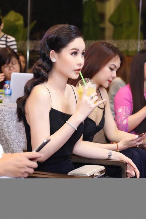 Hoa hậu Ngân Anh khoe sắc 'nóng bỏng' với váy áo xẻ lườn trở thành tâm điểm sự kiện - Ảnh 4