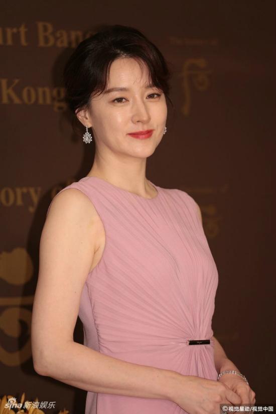 Lee Young Ae tuổi 47 vẫn giữ được vòng eo thon thả - Ảnh 3