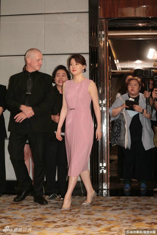 Lee Young Ae tuổi 47 vẫn giữ được vòng eo thon thả - Ảnh 1