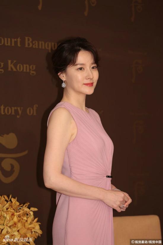 Lee Young Ae tuổi 47 vẫn giữ được vòng eo thon thả - Ảnh 4