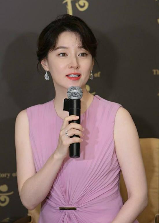 Lee Young Ae tuổi 47 vẫn giữ được vòng eo thon thả - Ảnh 5