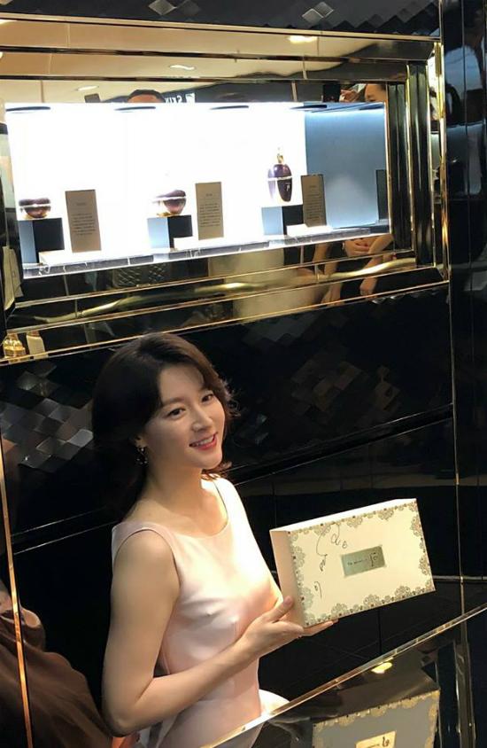 Lee Young Ae tuổi 47 vẫn giữ được vòng eo thon thả - Ảnh 6