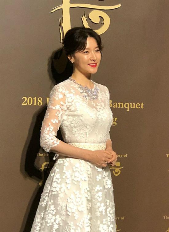 Lee Young Ae tuổi 47 vẫn giữ được vòng eo thon thả - Ảnh 8