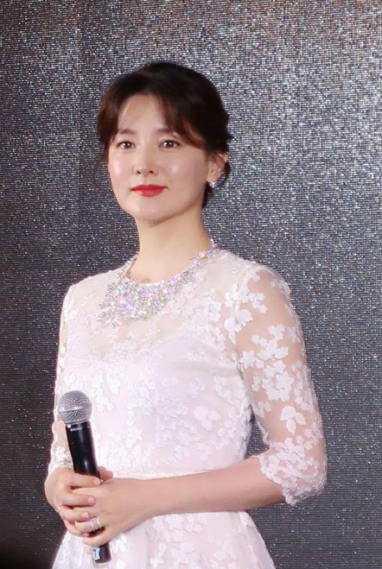 Lee Young Ae tuổi 47 vẫn giữ được vòng eo thon thả - Ảnh 9