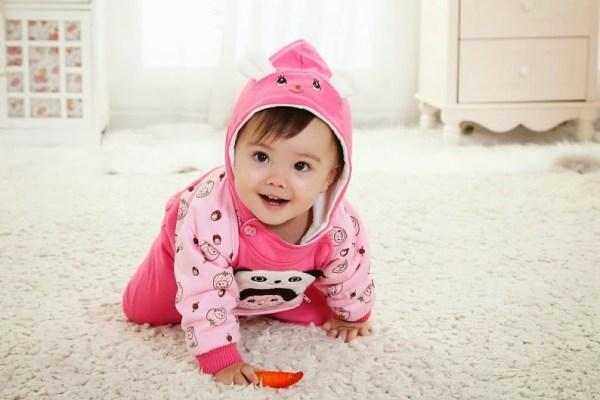 Ngăn không cho bé tiếp xúc với sàn nhà để giúp bé nhanh hết ho và sổ mũi hơn