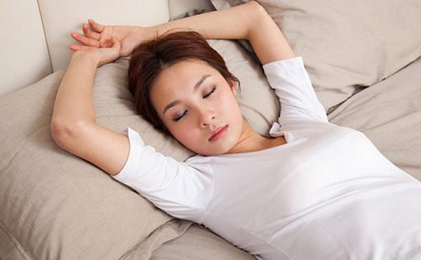Kê thêm gối sau lưng khi ngủ giúp giảm tình trạng khó thở về đêm