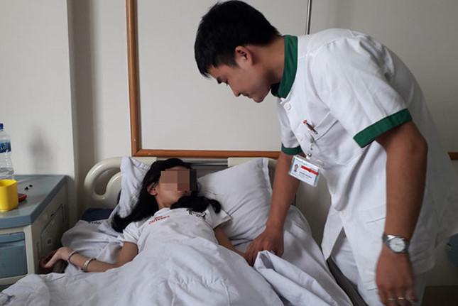 Bé gái 9 tuổi bị sỏi to 1cm trong niệu quản suốt nhiều ngày - Ảnh 1