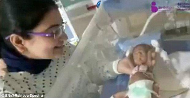 Bé gái sinh non nhỏ như hạt đậu sống sót kỳ diệu sau 4 tháng vật lộn với tử thần - Ảnh 1