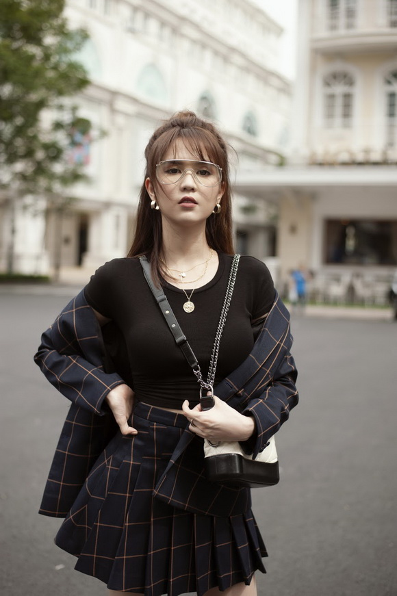 Ngọc Trinh biến hóa gợi cảm trong thời trang dạo phố với mốt tóc rối - Ảnh 11