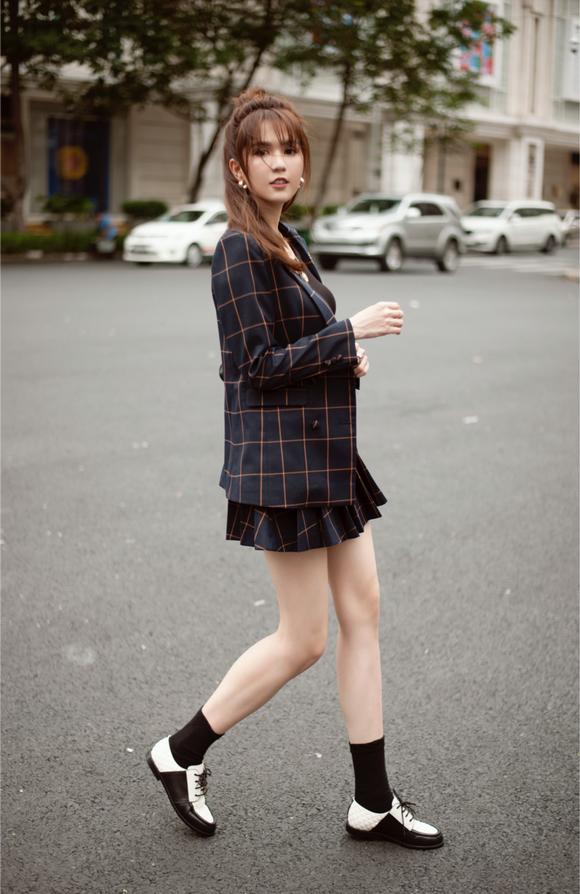 Ngọc Trinh biến hóa gợi cảm trong thời trang dạo phố với mốt tóc rối - Ảnh 12