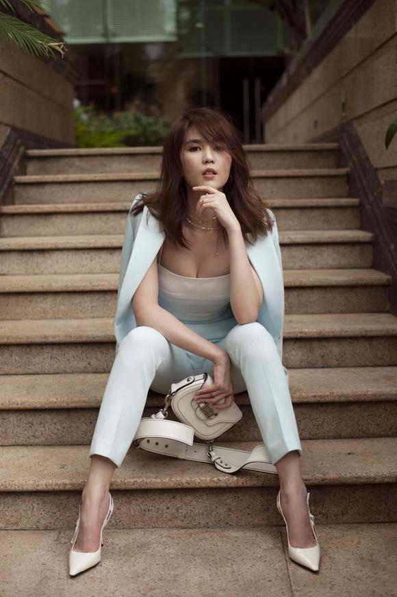 Ngọc Trinh biến hóa gợi cảm trong thời trang dạo phố với mốt tóc rối - Ảnh 3