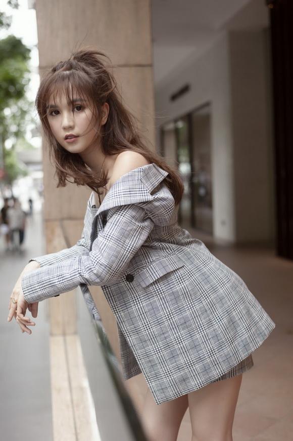 Ngọc Trinh biến hóa gợi cảm trong thời trang dạo phố với mốt tóc rối - Ảnh 7